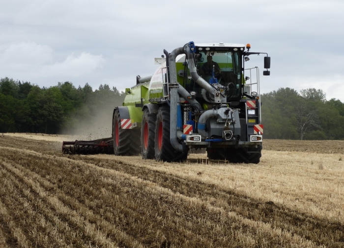 Applying and incorporating digestate into stubble using our Vogelsang Syncult kit and 6m Väderstad Carrier
