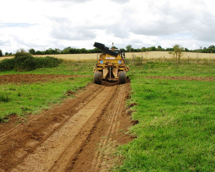 The machine includes laser operated self-levelling for efficient excavation of the ditch